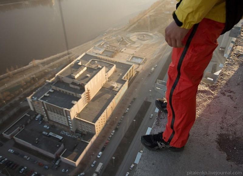 Jumping From 140 Meters Skyscraper