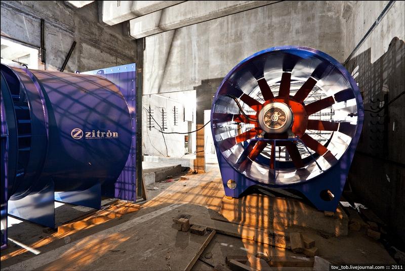 Pushing The Driving Shield Through A Metro Station