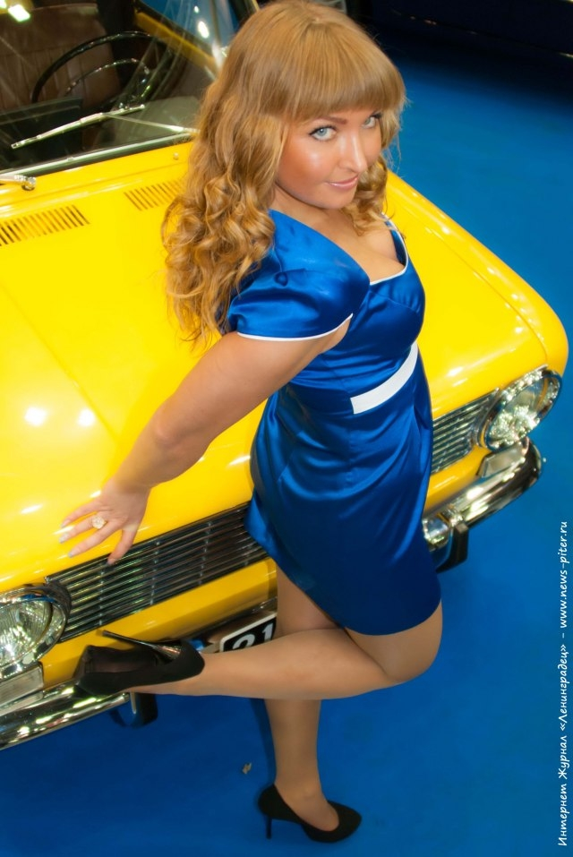 بنات معرض سيارات روسيا