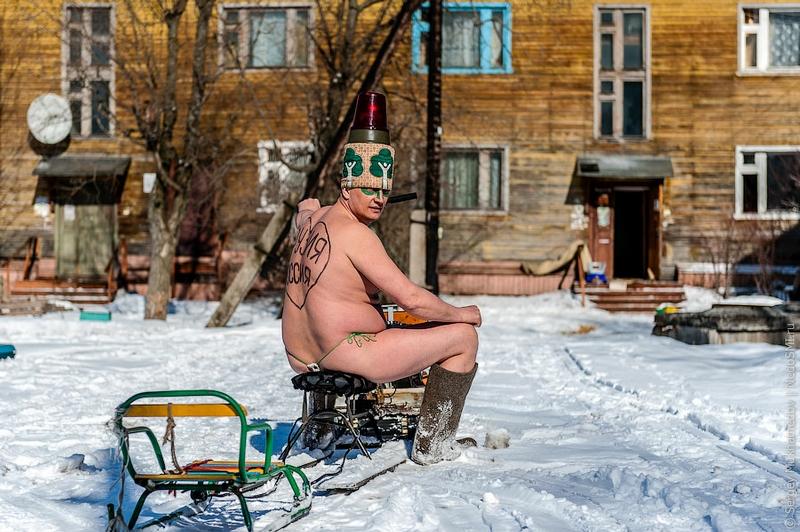 golaya-zimoy-hodit-po