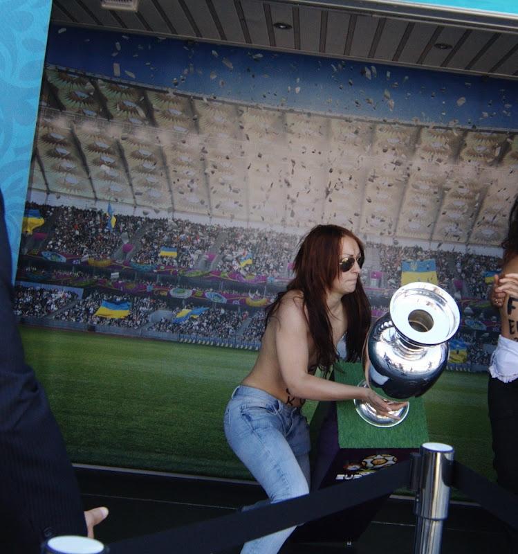 ناشطات عاريات بجوار كأس يورو 2012