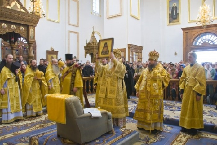 http://media.englishrussia.com/112012/worshippingchair/chairworship001-10.jpg