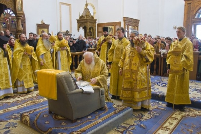 http://englishrussia.com/images/112012/worshippingchair/chairworship001-9.jpg
