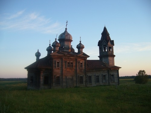 Russian wooden church, stays abandoned 8