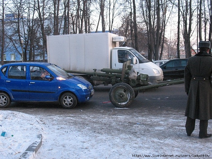 car crashes into canon in Russia 1