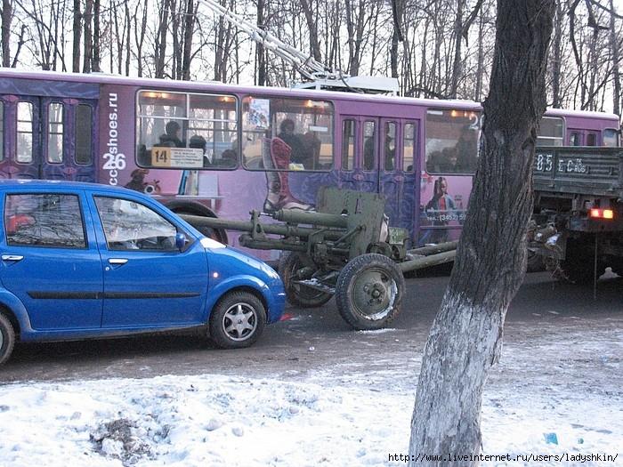 car crashes into canon in Russia 2
