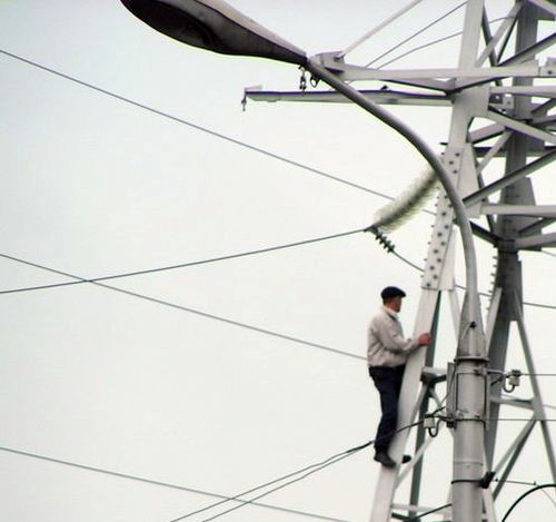 Guy climbed the powerline in Russia 1