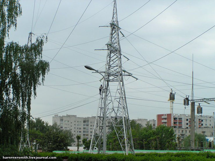 Guy climbed the powerline in Russia 2