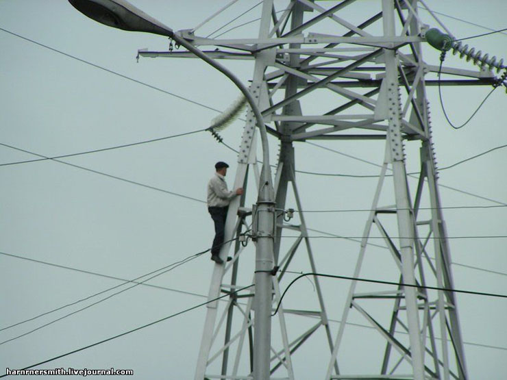 Guy climbed the powerline in Russia 3
