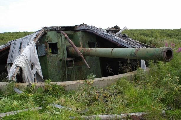 base militar abandonada en la costa del mar