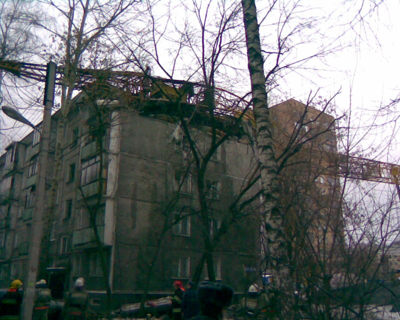 Cran smashes house in Russia
