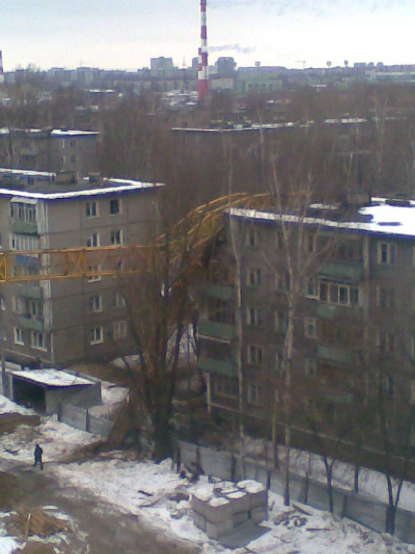 Cran smashes house in Russia 4