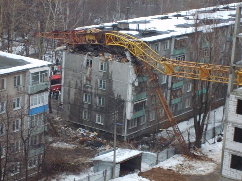 Cran smashes house in Russia 5
