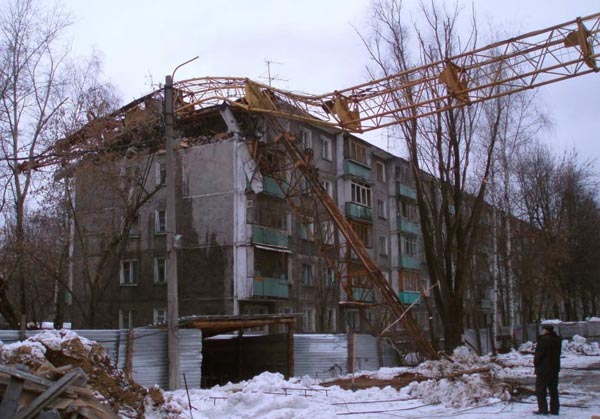 Cran smashes house in Russia 6
