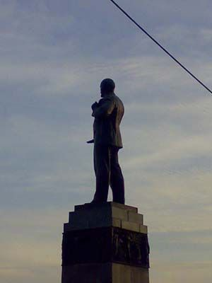 Strange angle of view on Lenin monuments 3