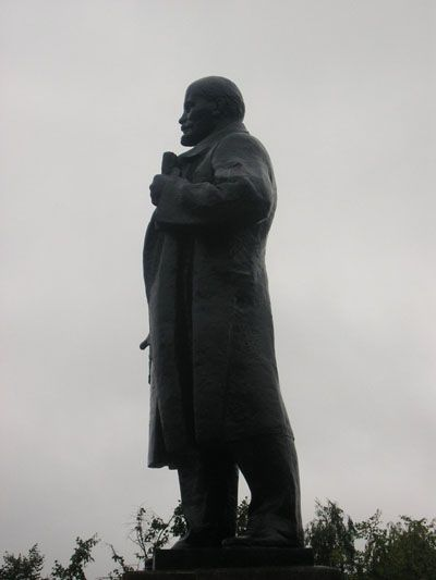 Strange angle of view on Lenin monuments 4