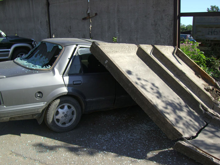 never park the cars near the fences in Russia 6