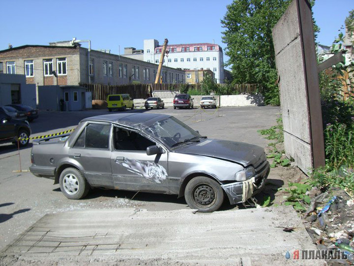 never park the cars near the fences in Russia 7