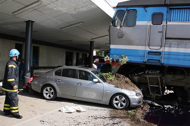 Estonian train hit car 1