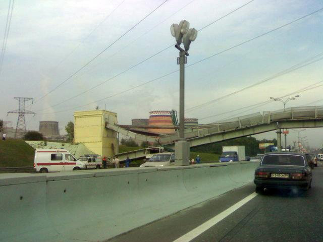 concrete mixer crashed into the bridge 3