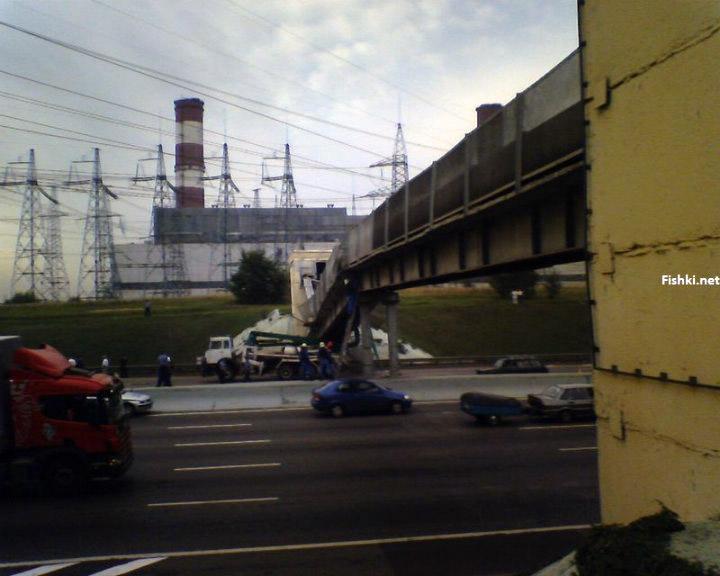 concrete mixer crashed into the bridge 5