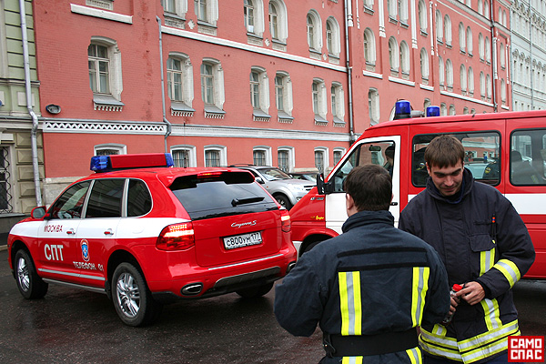 firemen ride porsche in Moscow 1