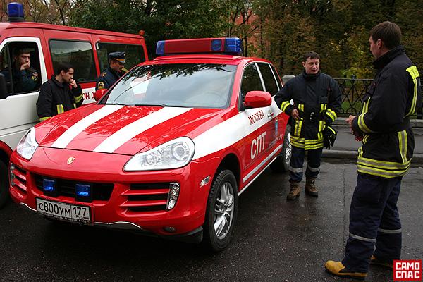 firemen ride porsche in Moscow 2