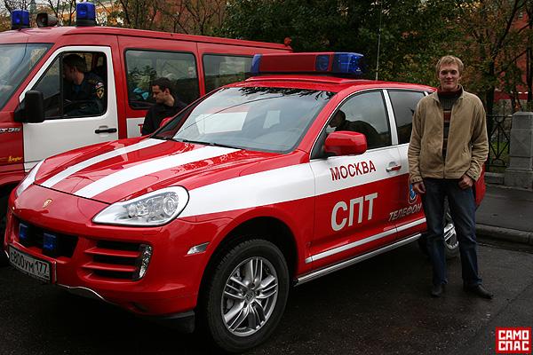 firemen ride porsche in Moscow 3