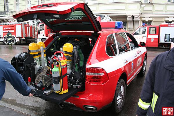 firemen ride porsche in Moscow 4