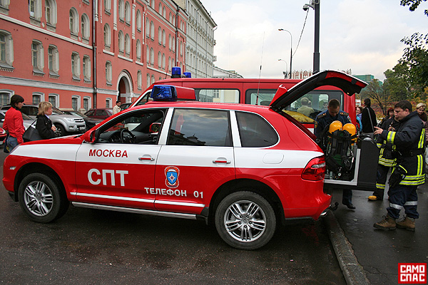 firemen ride porsche in Moscow 5