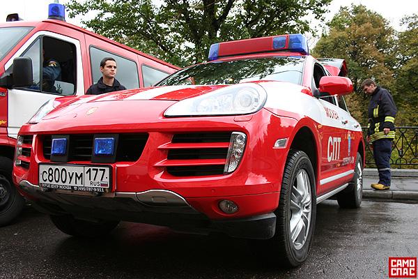 firemen ride porsche in Moscow 6