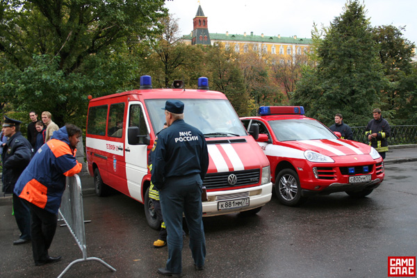 firemen ride porsche in Moscow 7