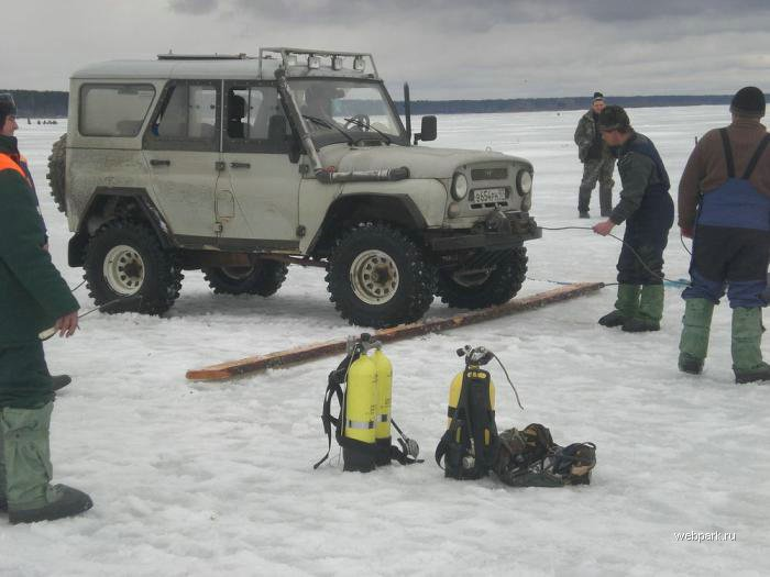 Rescue Russian fishers cars from under the ice  1