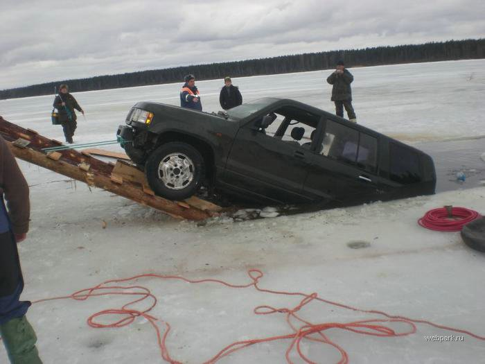 Rescue Russian fishers cars from under the ice  10