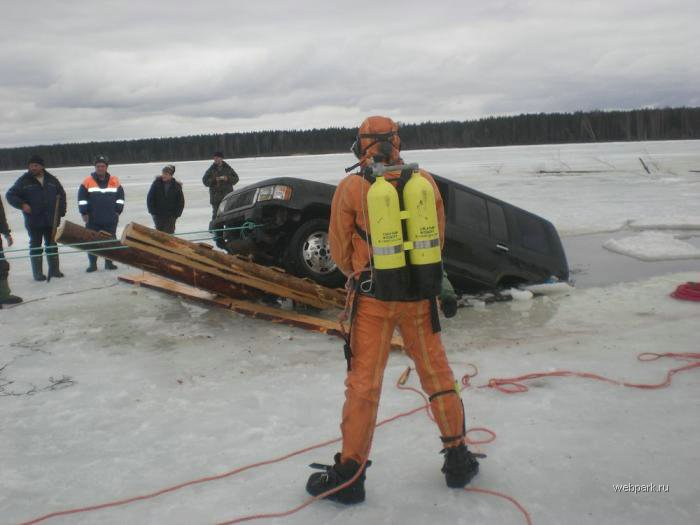 Rescue Russian fishers cars from under the ice  11