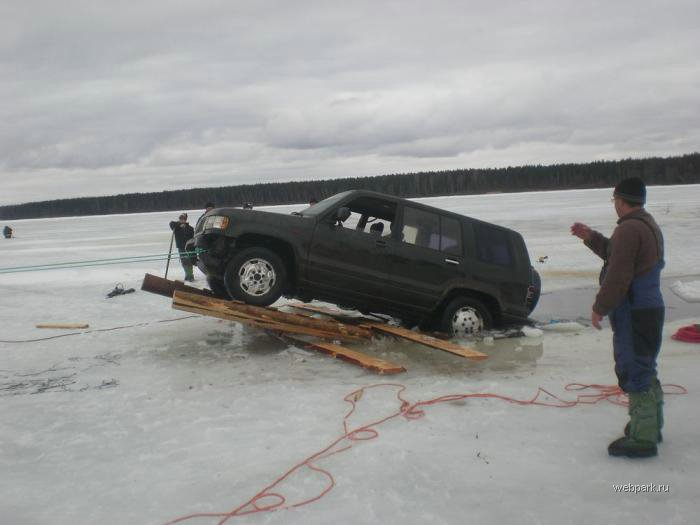 Rescue Russian fishers cars from under the ice  12