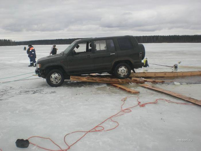 Rescue Russian fishers cars from under the ice  13