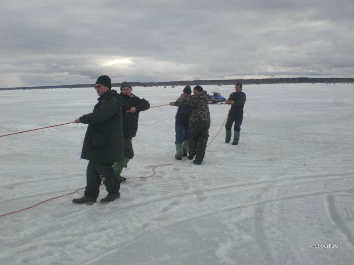 Rescue Russian fishers cars from under the ice  18