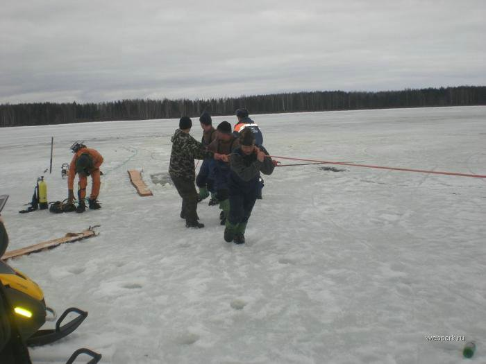 Rescue Russian fishers cars from under the ice  19