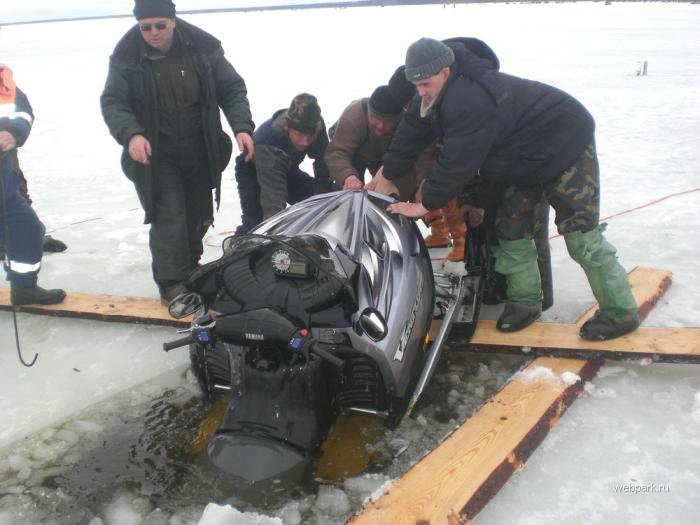 Rescue Russian fishers cars from under the ice  23