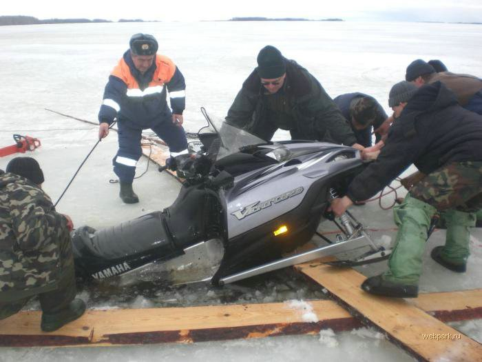 Rescue Russian fishers cars from under the ice  24