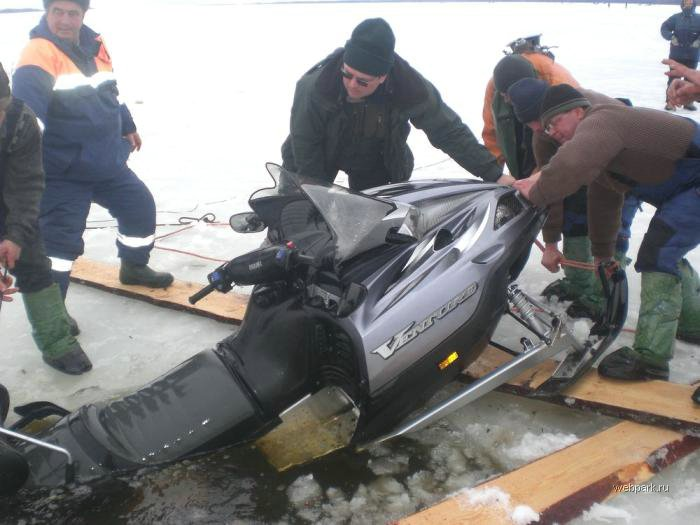 Rescue Russian fishers cars from under the ice  25