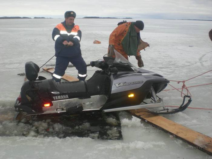 Rescue Russian fishers cars from under the ice  26