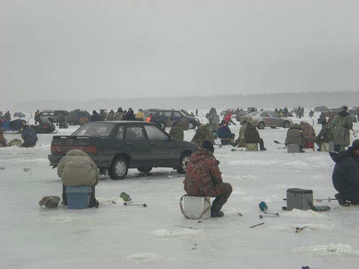 Rescue Russian fishers cars from under the ice  29