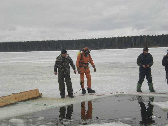 Rescue Russian fishers cars from under the ice  4