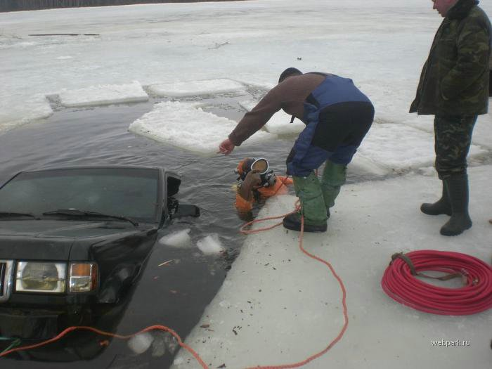 Rescue Russian fishers cars from under the ice  8