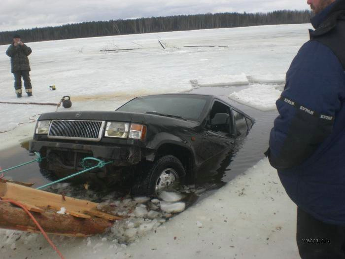 Rescue Russian fishers cars from under the ice  9