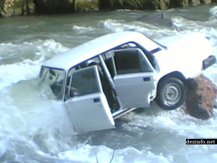 car floats on river in Russia 1