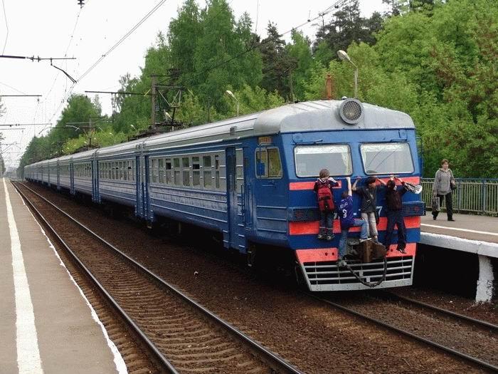 Russian kids take a free train ride 10