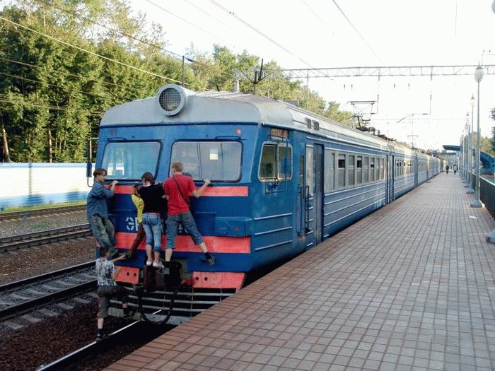 Russian kids take a free train ride 11